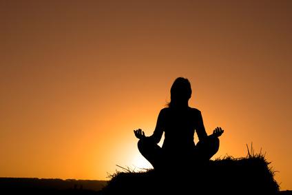 夕日を浴びながら、マインドフルネス瞑想